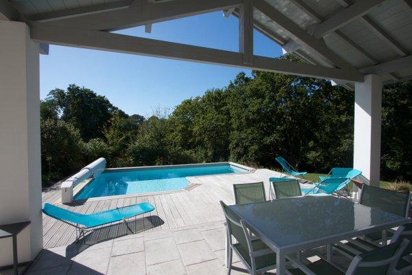 Vue de la piscine depuis la terrasse ouest